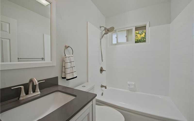 6451 Lederer bathroom